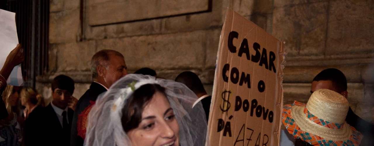 13 de julho - Grupo protesta em frente à Igreja do Carmo, no Rio, durante casamento de neta de dono de empresas de transporte