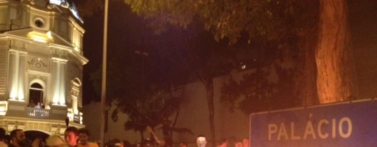 14 de julho - Boneco foi incendiado em frente à sede do governo do Rio de Janeiro