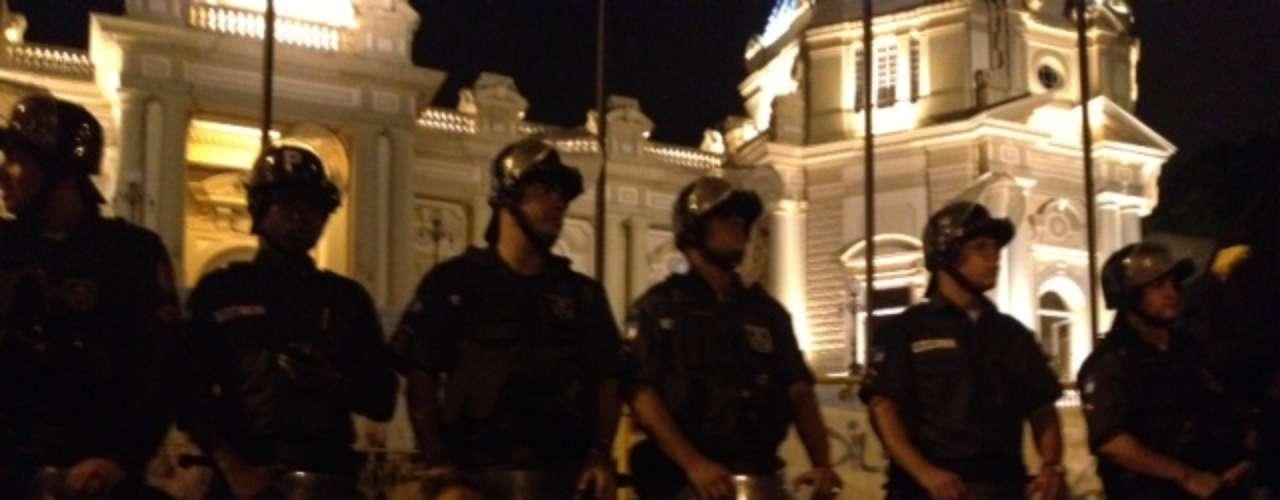 14 de julho - Policiais fazem cordão de isolamento em frente ao Palácio Guanabara, no Rio