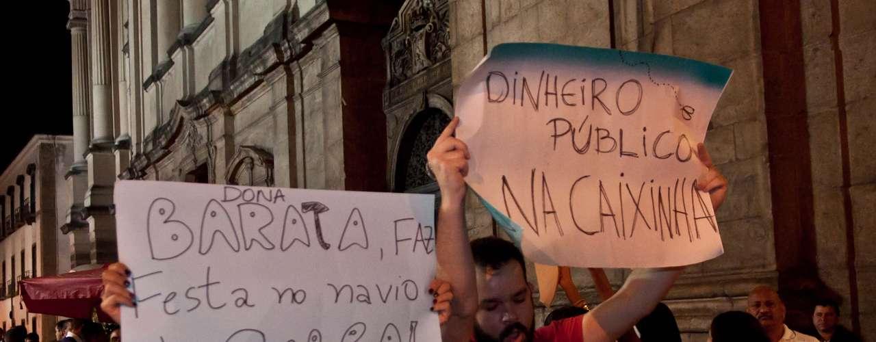 13 de julho - Manifestantes acusam empresário de usar dinheiro público para organizar festa de casamento da neta