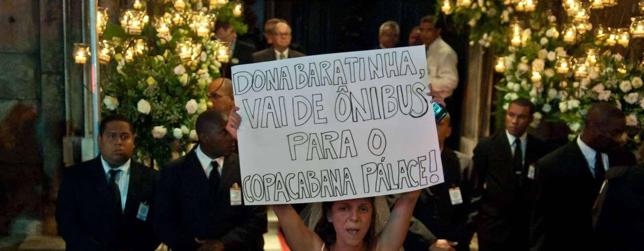 13 de julho - Seguranças observam manifestante vestida de noiva em frente à Igreja do Carmo, no Rio