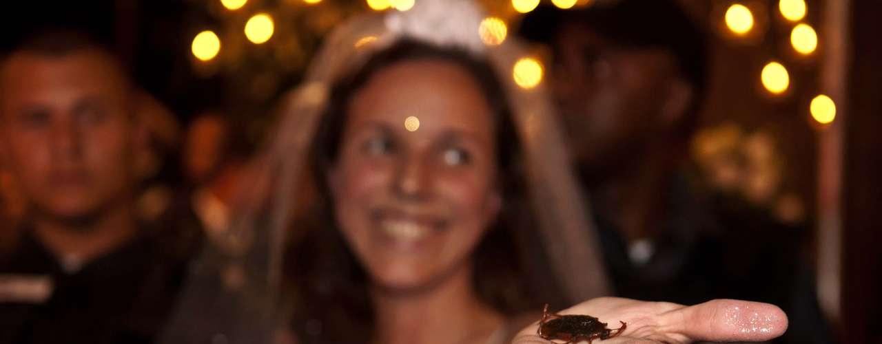 13 de julho - Jovem tentou entregar baratas de plástico à noiva durante protesto no Rio
