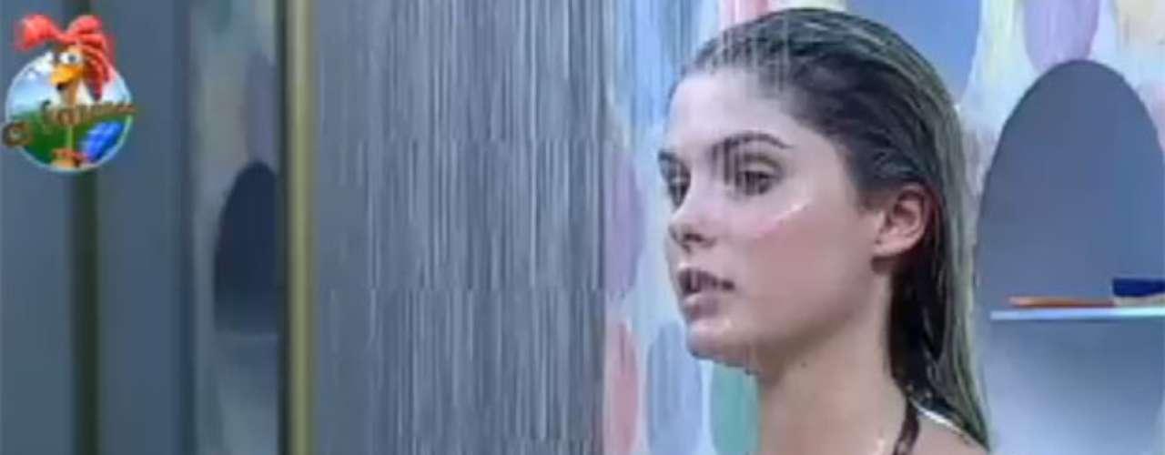 Bárbara Evans exibiu seu físico durante banho na sexta edição do reality show A Fazenda 6