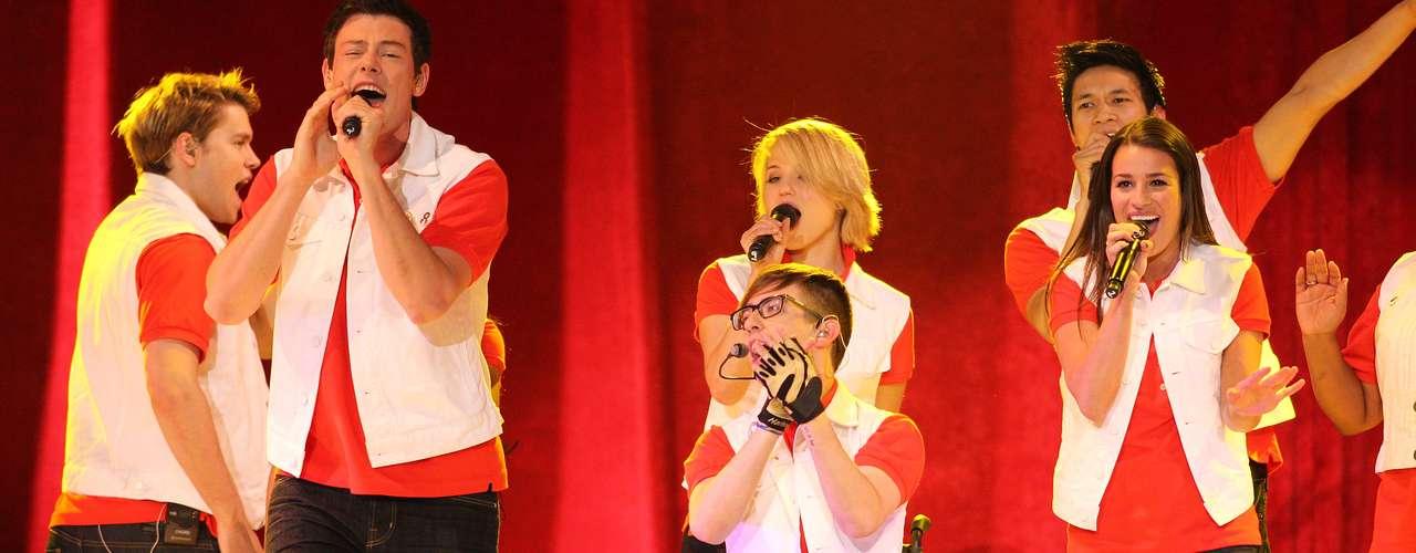 Cory se apresenta com o elenco de Glee, em junho de 2011