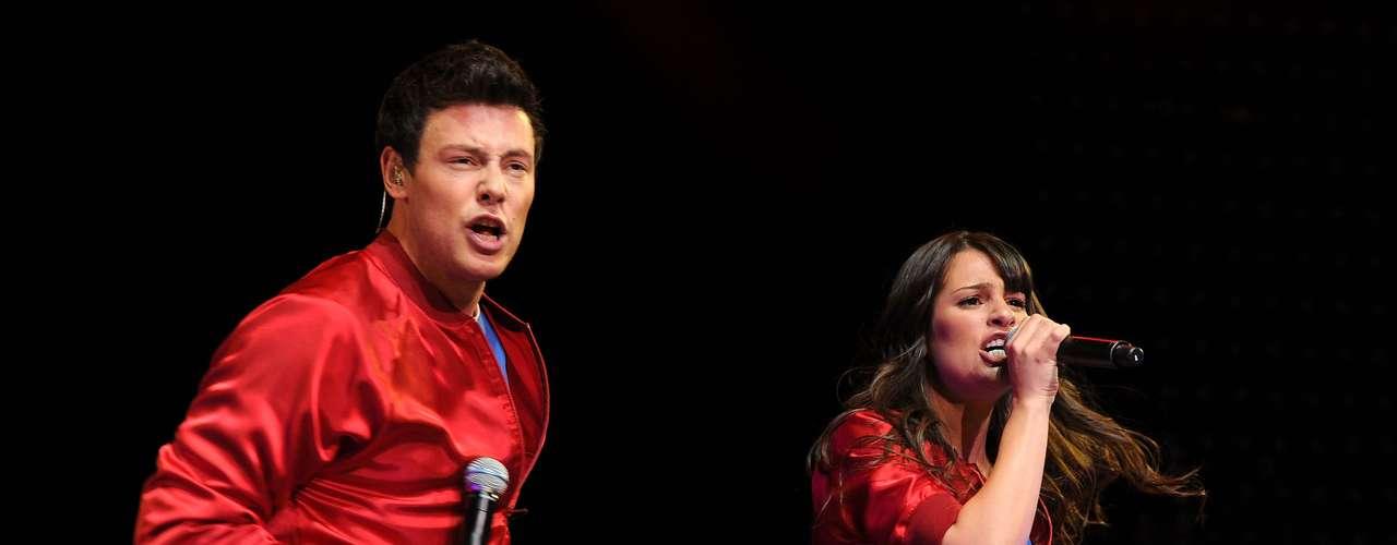 Cory Monteith canta comLea Michele, em maio de 2010