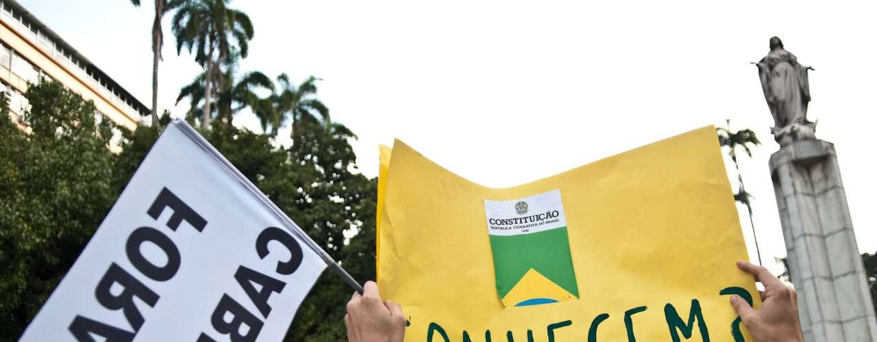 14 de julho - Cerca de 50 manifestantes se concentraram no Largo do Machado, na zona sul do Rio de Janeiro, em um protesto contra o governador do Estado, Sérgio Cabral (PMDB)