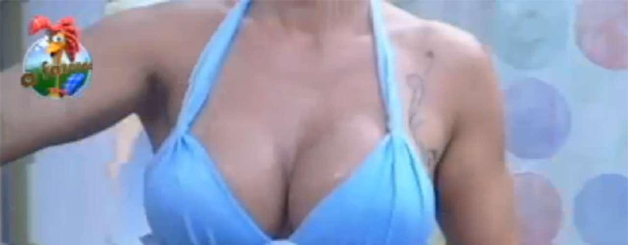 De biquíni fio dental azul, Denise Rocha, a Furacão da CPI exibiu as curvas e tatuagens ao tomar banho nesta segunda-feira (15), na sede do reality show 'A Fazenda', da TV Record