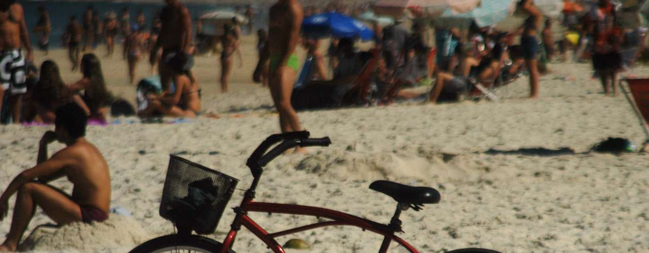 15 de julho - Após um fim de semana chuvoso, cariocas aproveitam manhã ensolarada em praias do Rio