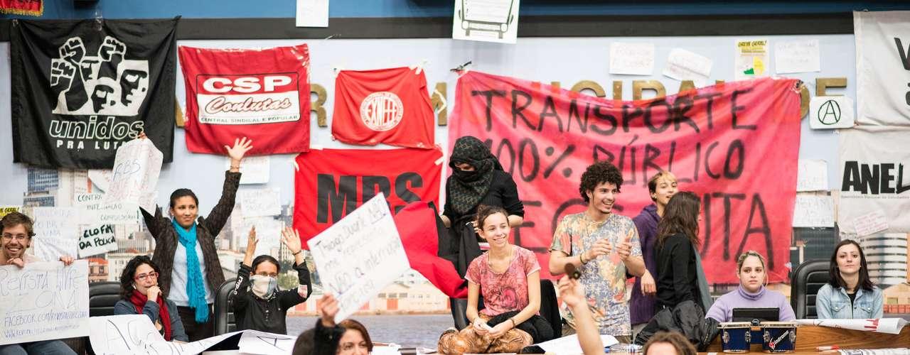 15 de julhoManifestantes realizam assembleia dentro da Câmera Municipal de Porto Alegre