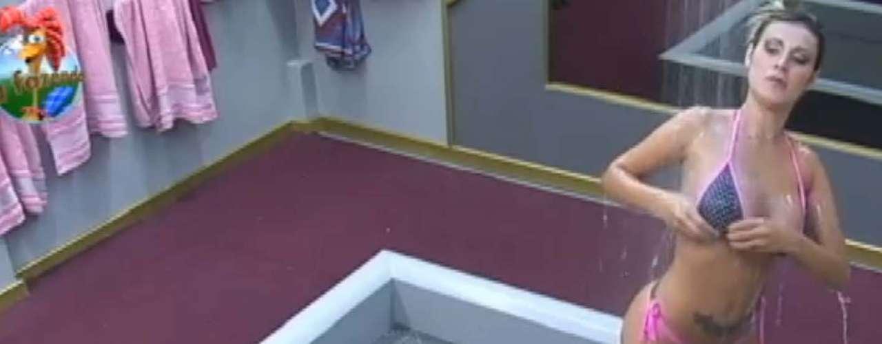 Andressa Urach mostrou suas curvas durante banhona sexta edição do reality show A Fazenda 6