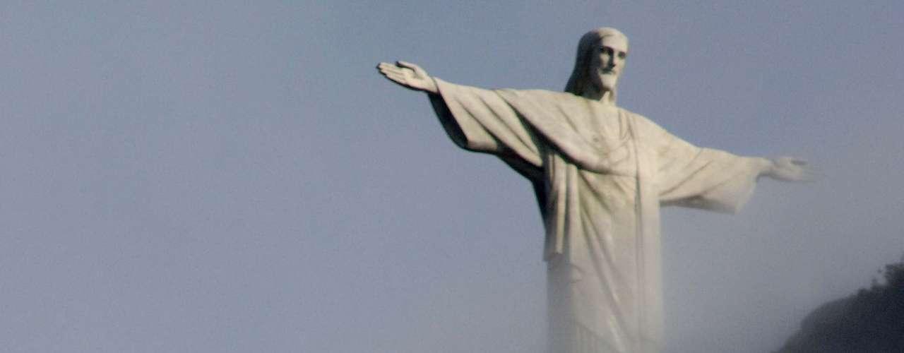 16 de julho Cristo Redentor cercado pela forte neblina no Rio de Janeiro