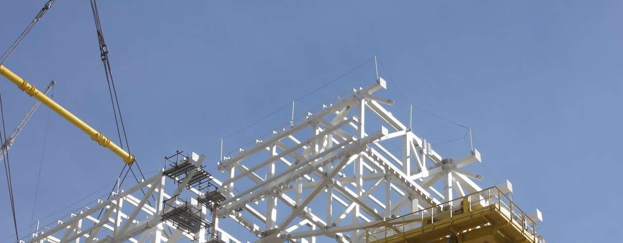 16 de julho de 2013: com 82% das obras concluídas, a Arena Corinthians iniciou a instalação das estruturas metálicas do suporte dacobertura no setor sul das obras