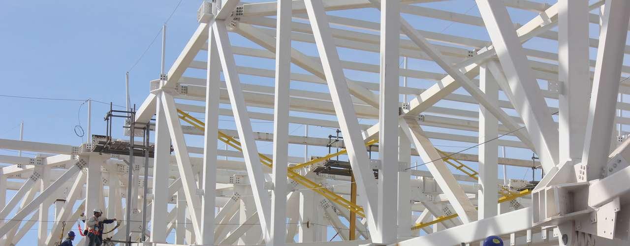 16 de julho de 2013: dois dos sete módulos que comporão uma estrutura de 240 m de cumprimento já foram instalados