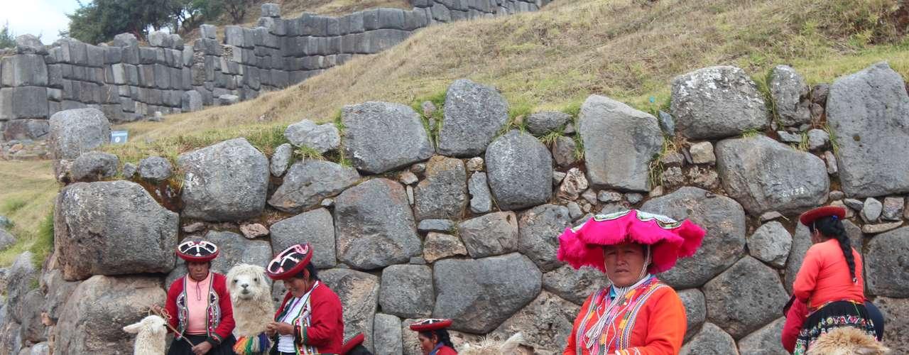 As proximidades dos sítios arqueológicos ficam cheias de peruanos com roupas típicas que posam para fotos em troca de dinheiro