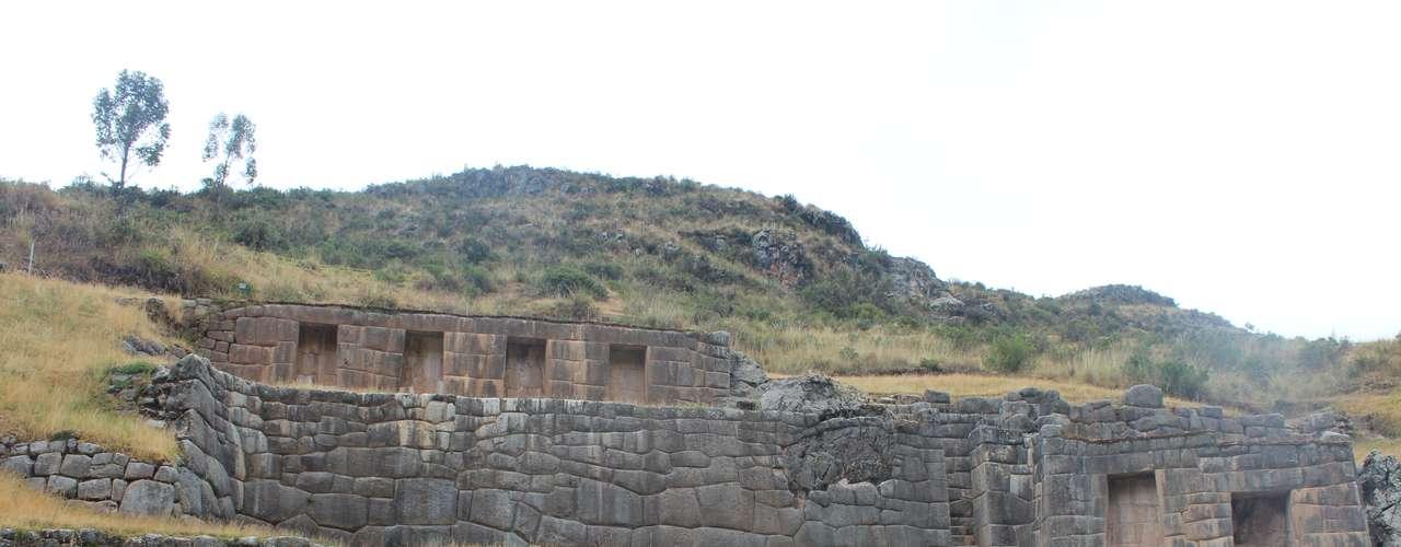 O sítio arqueológico, também conhecido como Baño del Inca, possui uma série de aquedutos, canais e cascatas em sua estrutura rochosa