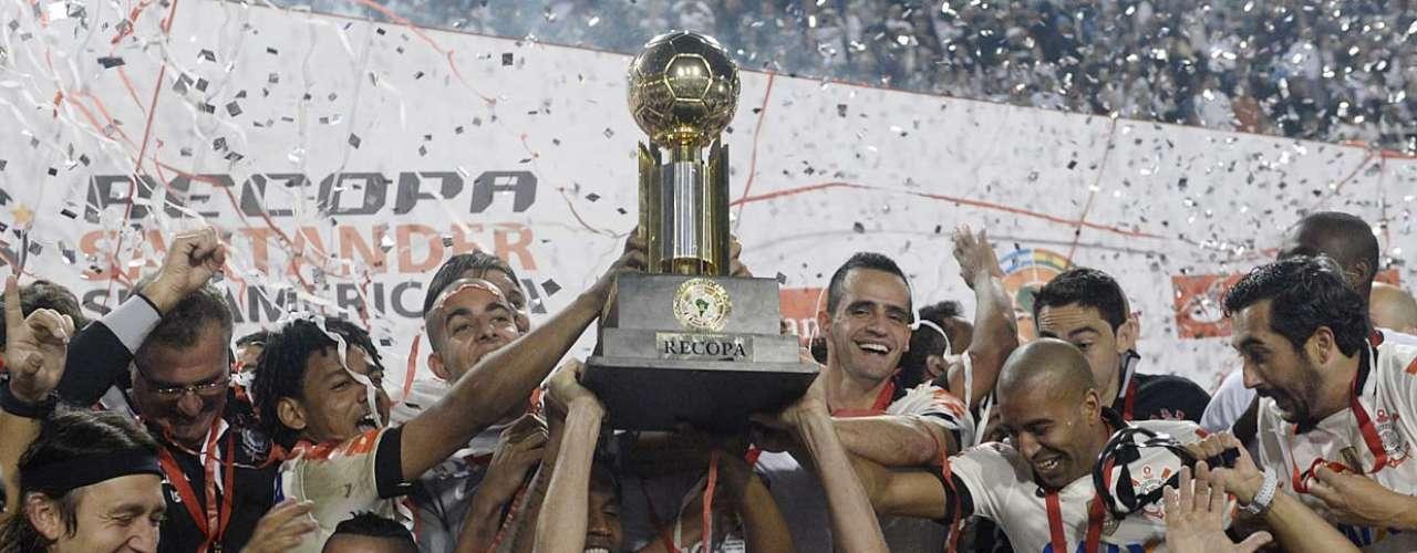 Coube a Danilo levantar a taça para o Corinthians