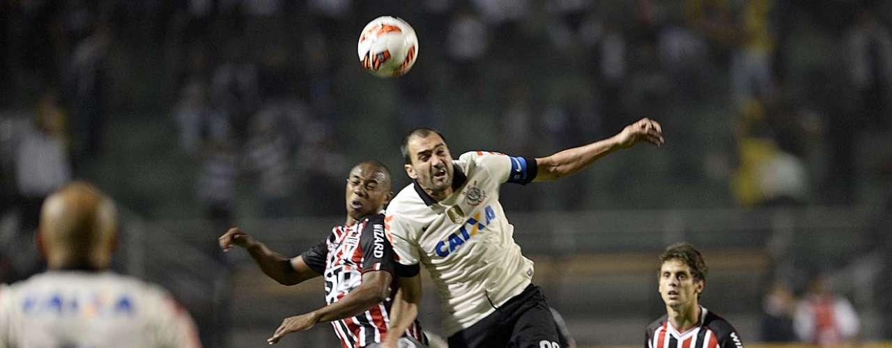 Ao longo da primeira etapa, Corinthians pressionou em busca das melhores chances