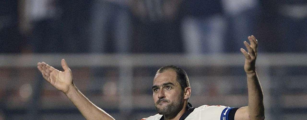 Após bola levantada na área, Danilo cabeceou; Rogério Ceni defendeu, mas camisa 20 empurrou no rebote