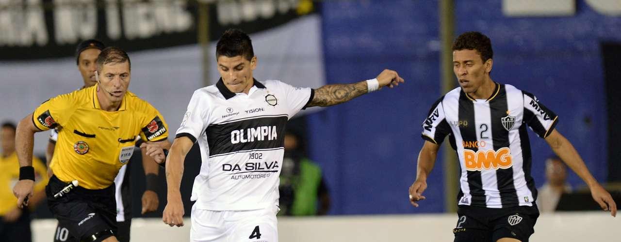 Marcado por Marcos Rocha, Gimenez tenta jogada ofensiva