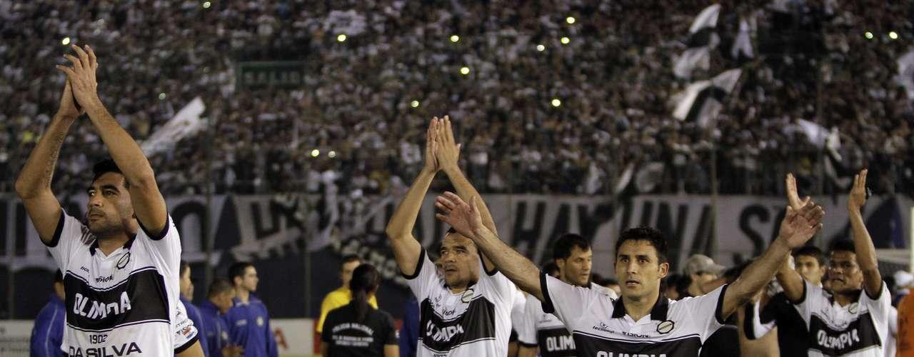 Jogadores do Olimpia agradecem a força da torcida, que não parou de empurrar o time no Estádio Defensores del Chaco