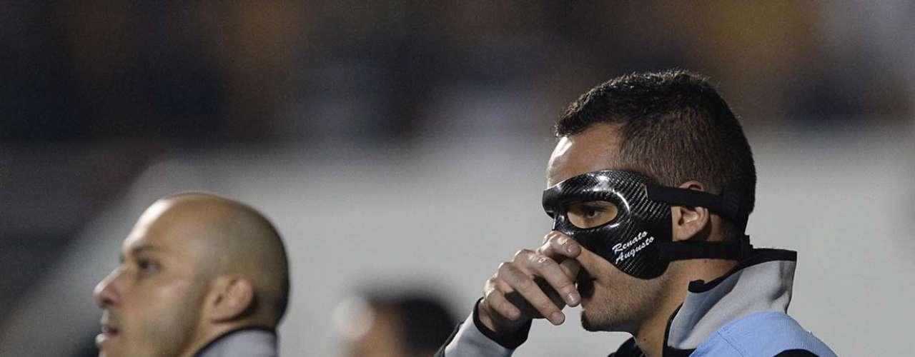 De máscara para se proteger de fratura, Renato Augusto só deixou o banco de reservas no fim do jogo