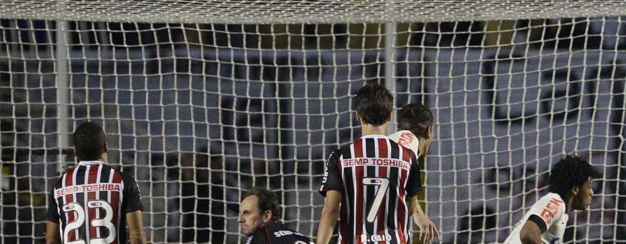 Aos 36min, Romarinho aproveitou bola que a defesa não afastou e empurrou para as redes
