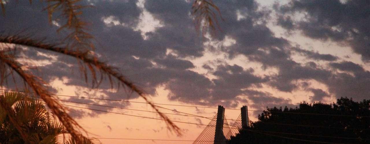 18 de julhoPôr-do-sol visto da esquina da avenida do Estado com a Tiradentes, em São Paulo
