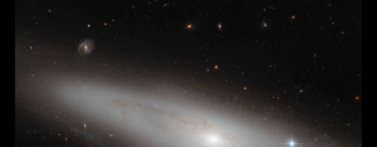 19 de julho - A constelação de Virgo (a Virgem) é a maior do Zodíaco e a segunda maior constelação do céu, depois da Hydra. Sua característica que mais interessa aos astrônomos, porém, é o grande número de galáxias ali dentro. Nesta imagem, divulgada pela Nasa, a galáxia lenticular NGC 4866, situada a cerca de 80 milhões de anos-luz da Terra, aparece como um \
