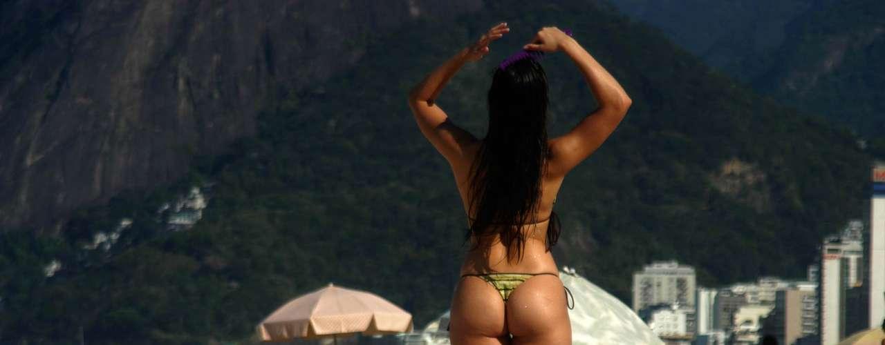 19 de julho - Forte calor leva muitos banhistas à praia de Ipanema no Rio de Janeiro nesta sexta-feira