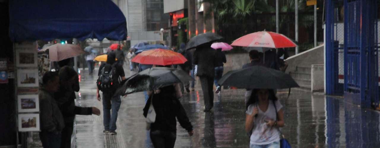 19 de julho Paulistanos se protegem da chuva na avenida Paulista. A temperatura nesta tarde erade 19ºC
