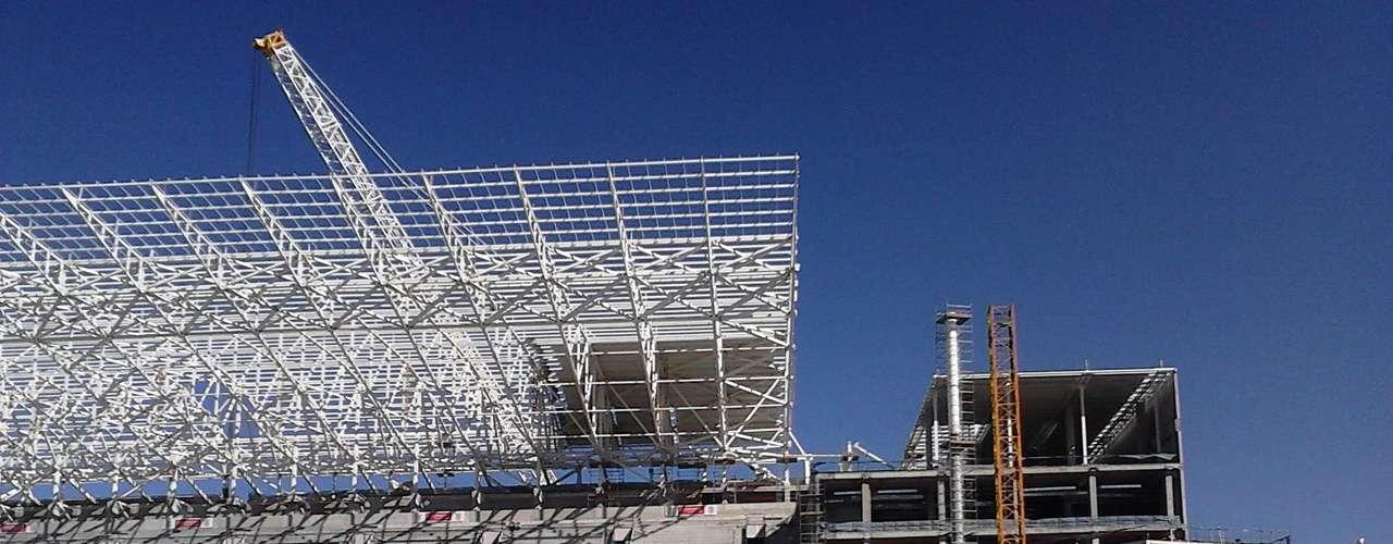 17de julho de 2013 - Superguindaste com capacidade de 1500 toneladas içou as peças metálicas