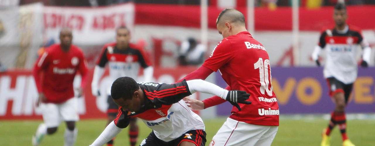 Elias e D'Alessandro disputam bola no meio-campo, que ficou bastante travado em alguns momentos do jogo