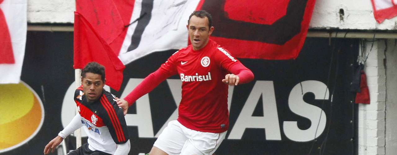 Carlos Eduardo teve bom desempenho pela esquerda, ajudando Flamengo a surpreender o Internacional no primeiro tempo