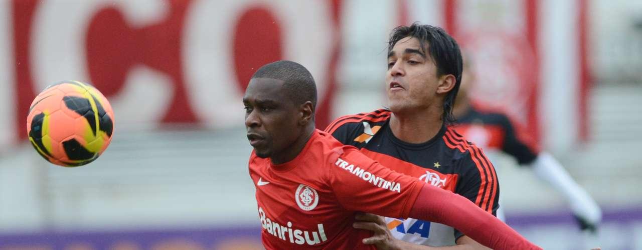 Juan teve trabalho, mas conseguiu marcar Marcelo Moreno, o jogador mais perigoso do Flamengo na partida