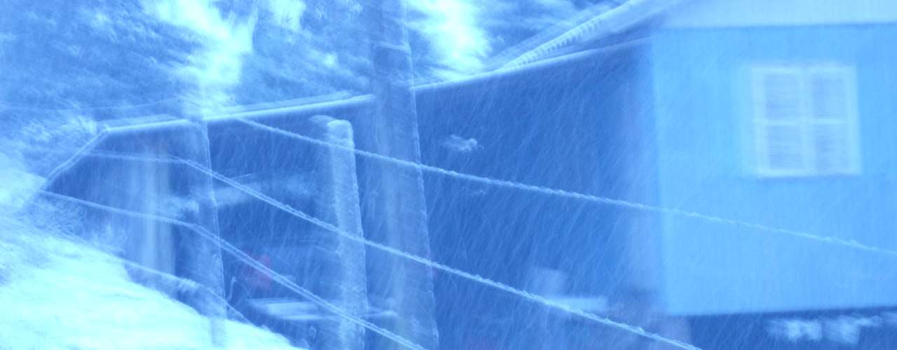 22 de julho - Neve começou a cair por volta das 5h30 desta segunda-feira emSão José dos Ausentes, no Rio Grande do Sul