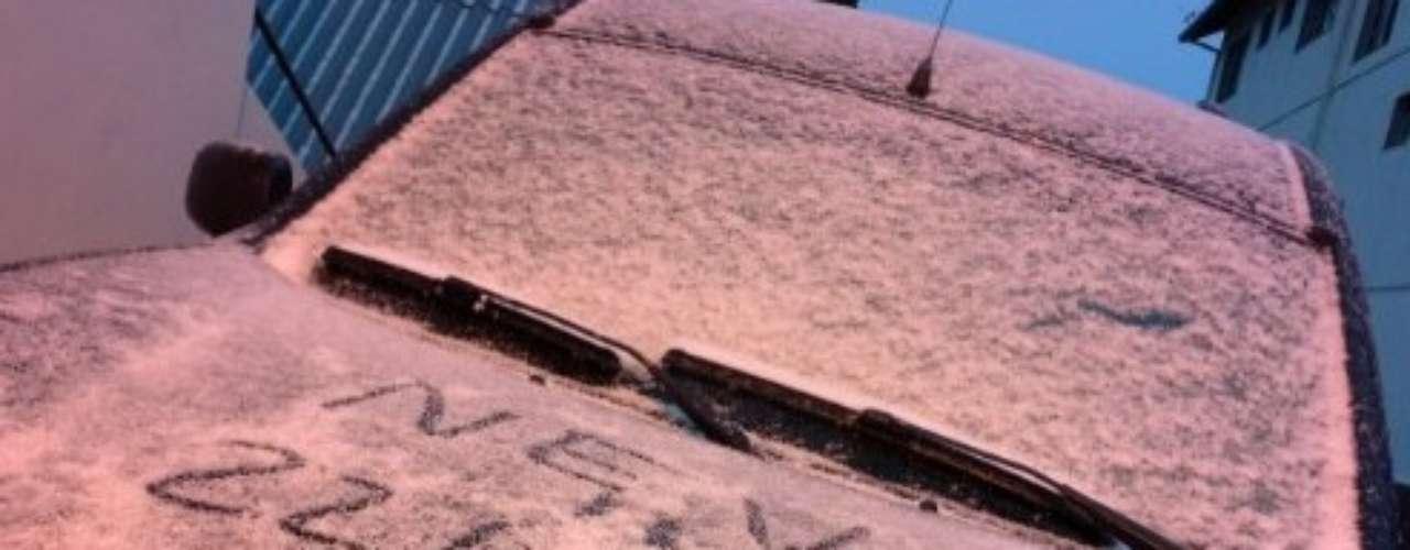 22 de julho -Neve começou a acumular em São Joaquim (SC) na manhã desta segunda-feira
