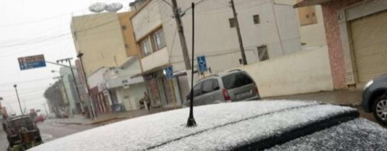 22 de julho - Neve, que caiu na madrugada, voltou a ocorrer de forma intensa na manhã desta segunda-feira em São Joaquim (SC)