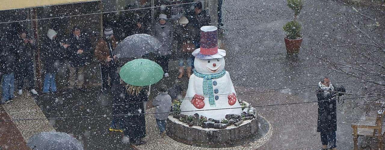 22 de julho - Muitas pessoas enfrentaram o frio para ver a neve em São Joaquim (SC)