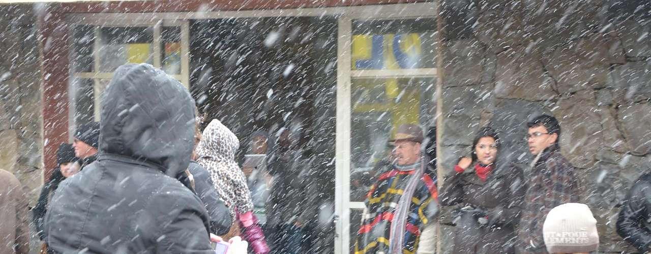 22 de julho - Em alguns momentos, neve quecaiuem São Joaquim (SC) foi intensa nesta segunda-feira