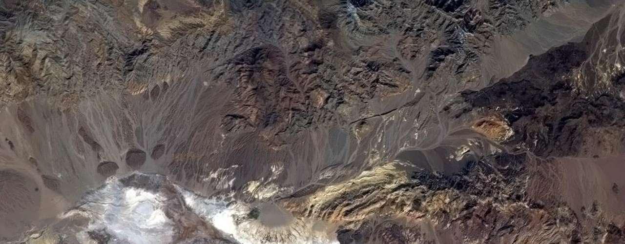 Chris Hadfield divulgou uma imagem do Vale da Morte, no Deserto de Mojave, nos Estados Unidos, local famoso por seu clima extremamente quente. \