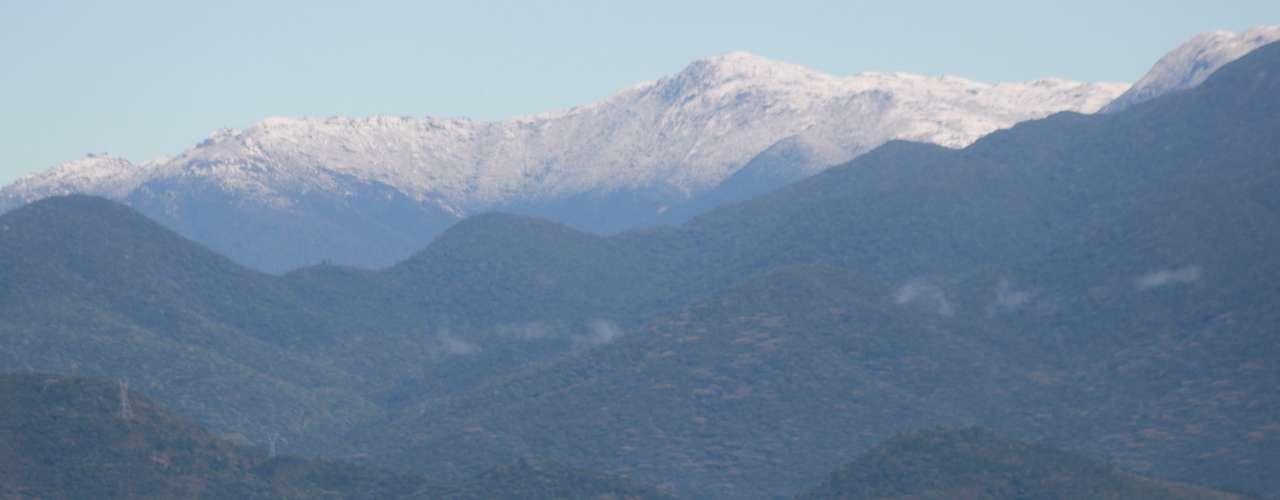 23 de julho - Morro do Cambirela, em Santa Catarina, ficou coberto de neve e pode ser visto da capital Florianópolis