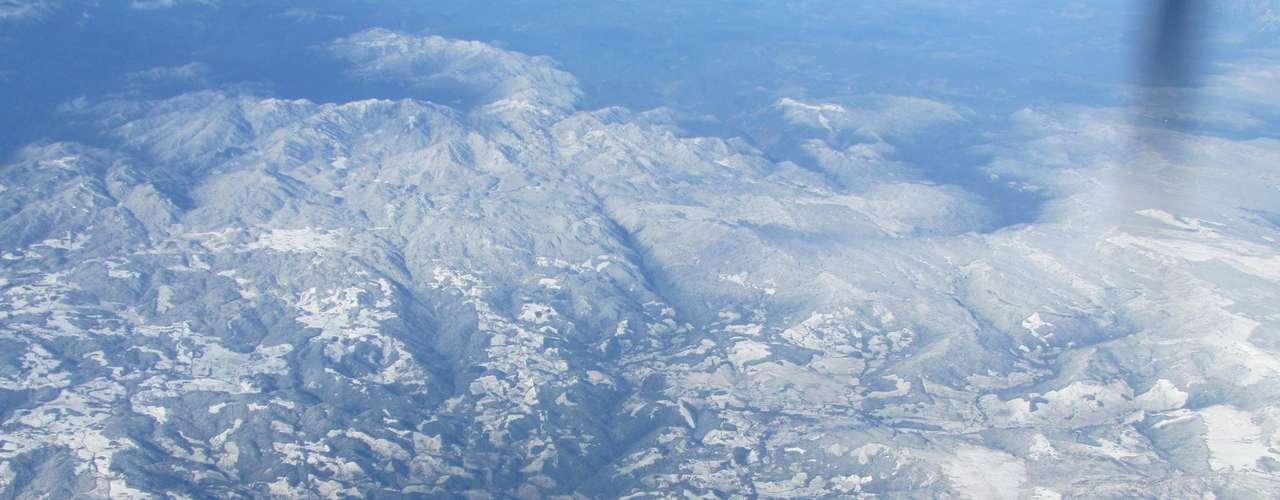 23 de julho -Morro do Cambirela amanheceu coberto de neve nesta terça-feira em Palhoça (SC), região metropolitana de Santa Catarina