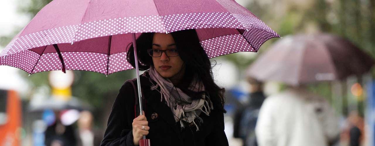 23 de julho Pedestres enfrentam chuva e frio na região da avenida Paulista na manhã desta terça-feira, em São Paulo. A cidade registrou hoje a temperatura mais baixa do ano: fez 9°C por volta das 7h