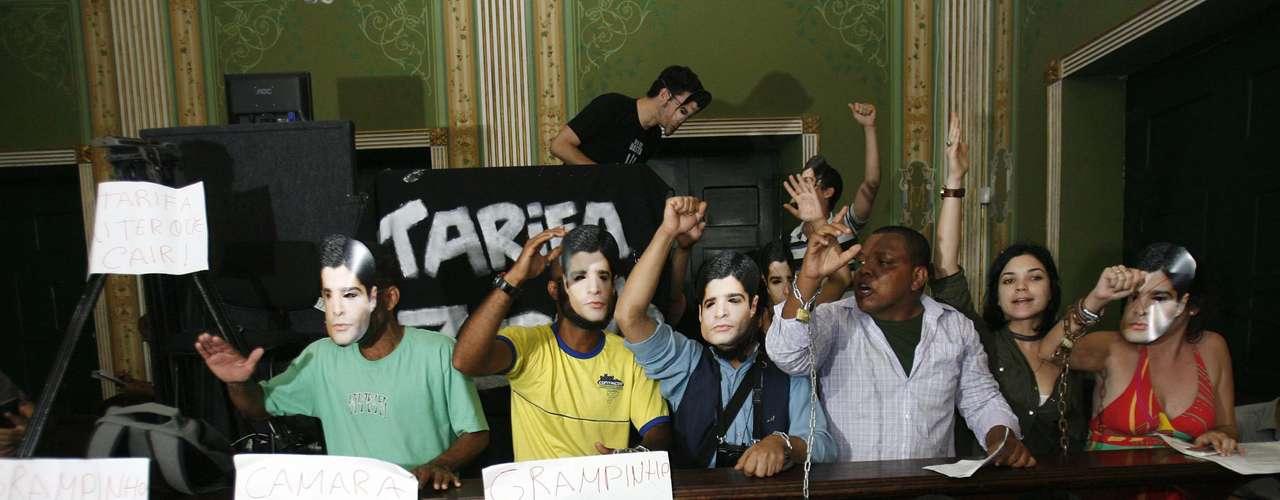 22 de julho - Integrantes do Movimento Passe Livre (MPL) de Salvador (BA) ocupam a Câmara de Vereadores. Os manifestantes prometem permanecer no local até que o prefeito ACM Neto se reúna com os manifestantes