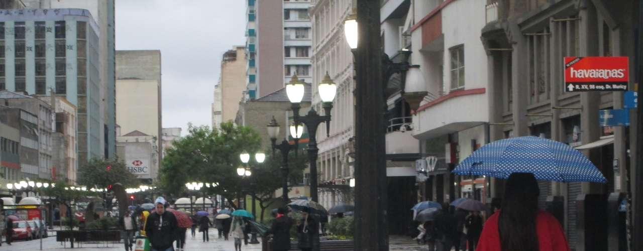 23 de julho - Terça-feira amanheceu gelada em Curitiba, no Paraná, e houve registro de neve