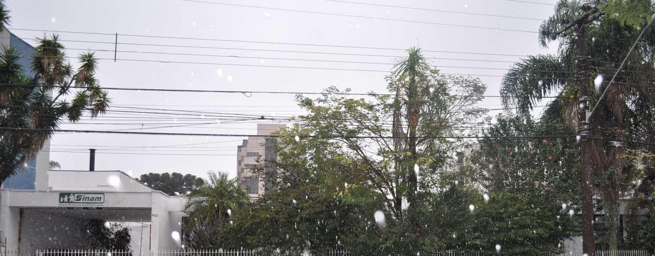 23 de julho - Há registrode neve em Curitiba (PR) na manhã desta terça-feira