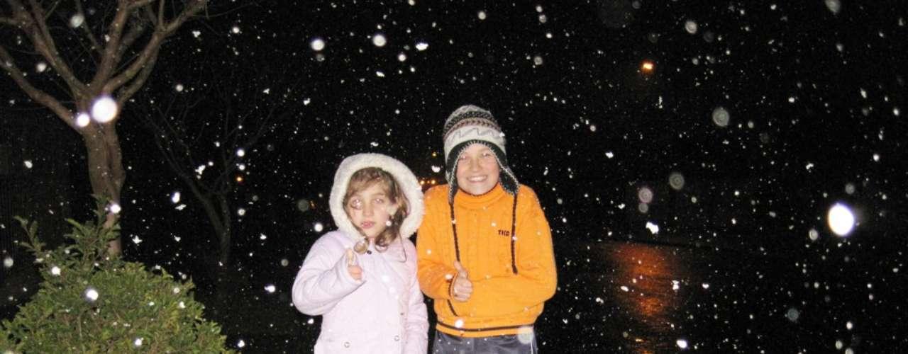22 de julho -Crianças brincam no frio durante queda de neve em Palmas-PR
