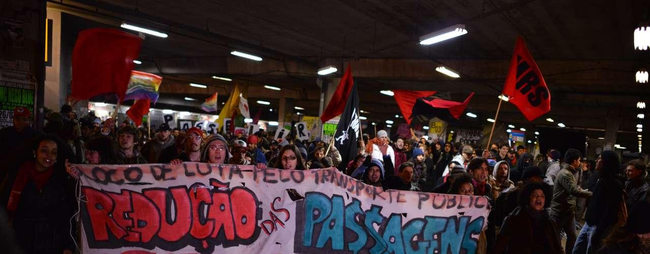 22 de julho - A aglomeração começou por volta das 18h, e, depois e uma hora, os manifestantes percorreram os dois maiores terminais de ônibus da cidade e voltaram para a prefeitura de Porto Alegre
