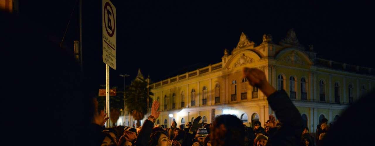 22 de julho - Cerca de 400 pessoas participaram nesta segunda-feira de mais um protesto nas ruas de Porto Alegre, desta vez cobrando a elaboração de um projeto pelo passe livre por parte do Executivo