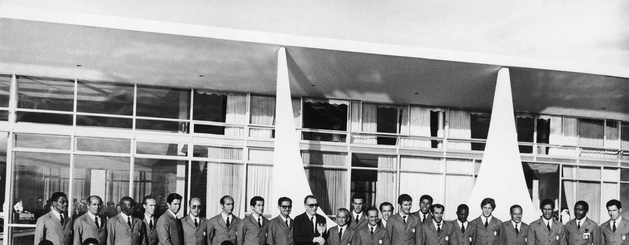 Então presidente da República, Garrastazu Medici recebe elenco tricampeão mundial na Copa de 1970, no México, do qual Djalma Santos fez parte